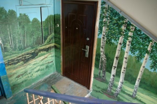 Подъезд как произведение искусства: С красками помогали соседи. Чтобы украсить все восемь этажей понадобилась не одна неделя.