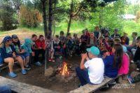 Сразу после прибытия в лагерь дети собираются у костра: познакомиться.