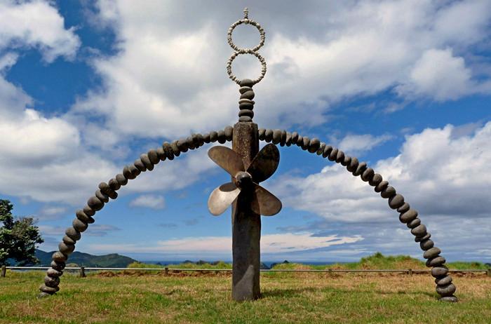 Скульптуры Криса Бута (Chris Booth) из гальки и валунов