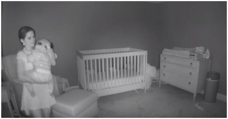 Мама решила положить своего малыша в кроватку, но немного не рассчитала