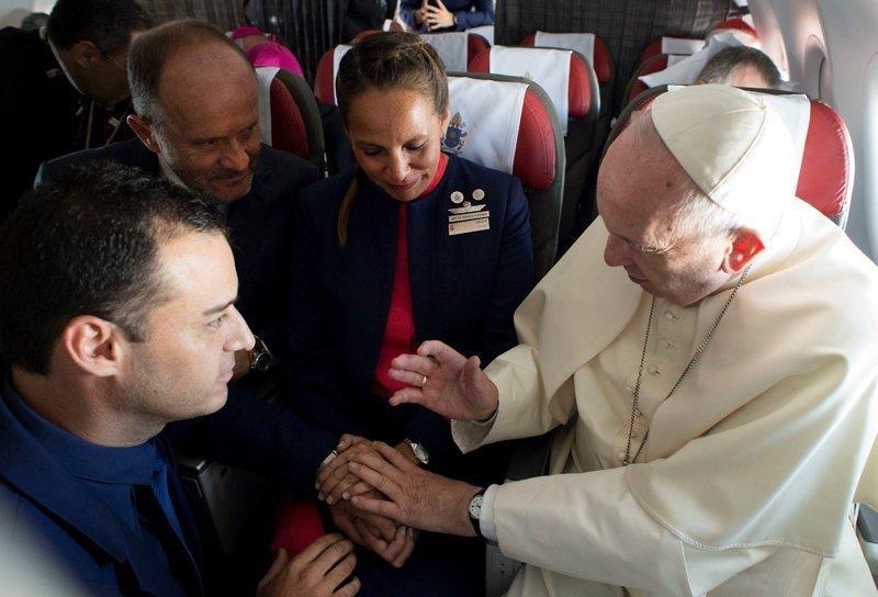 Папа Римский во время перелёта обвенчал двух бортпроводников