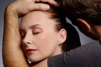 Красивая жена садится на лицо мужа
