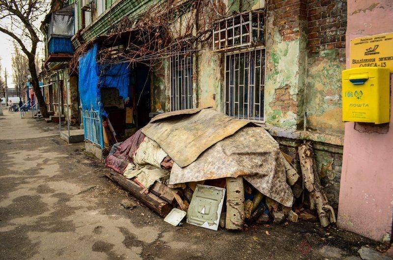 На улицах груды мусора города, города украины, нищета, обратная сторона, разруха, трущобы, украина