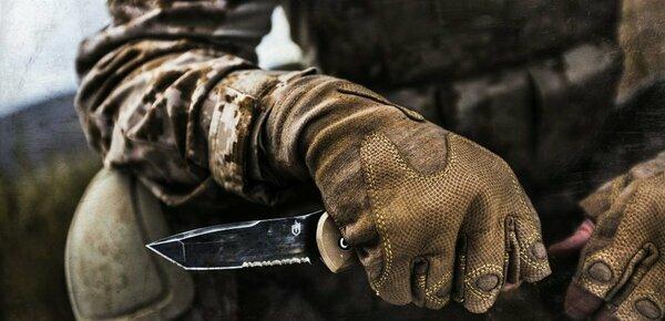 Есть только 2 надежных метода защиты от ножа. Все остальное не гарантирует жизнь