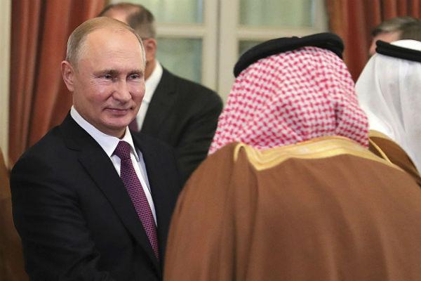 Песков объяснил неформальное рукопожатие Путина и Аль Сауда