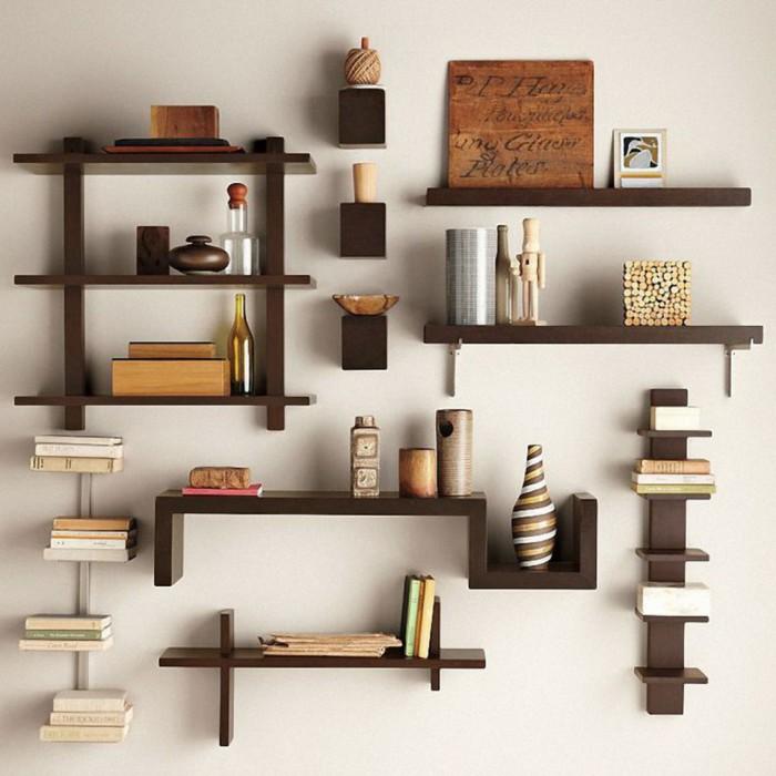 Большое количество маленьких деревянных полок на стене.