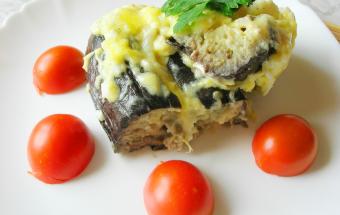 Баклажаны с сыром и яйцом, запеченные под соусом