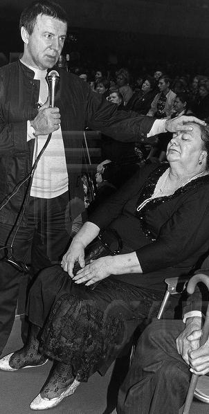 """Кашпировский проводит """"лечебный"""" сеанс с Галиной Брежневой, 1990–е годы, Москва"""