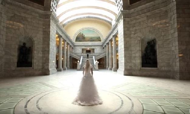 Жених трепетно ждал появления невесты. А теперь внимательно смотри на него, когда любимая подошла…
