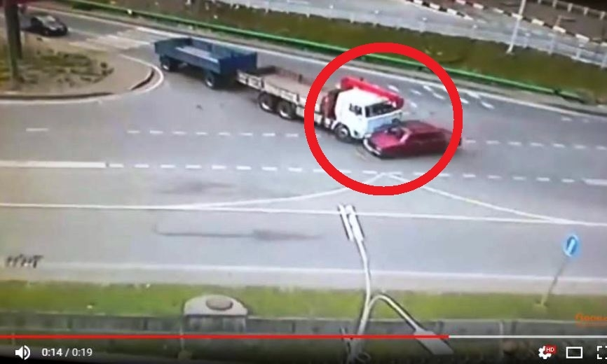 КамАЗ в хлам размозжил легковушку в ДТП в Сочи: появилось видео