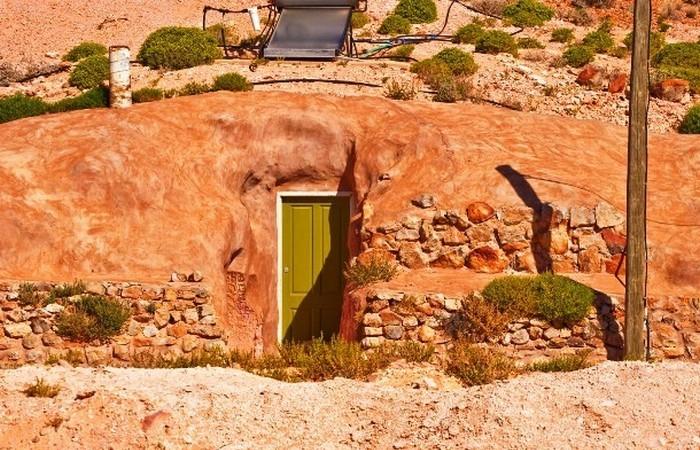 Город славится подземными домами, где местные жители спасаются от жары.