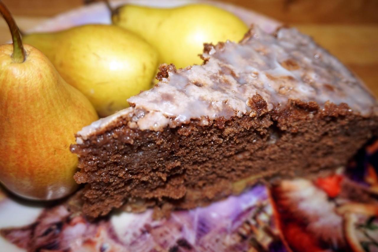 Шоколадный пирог с лесными грушами