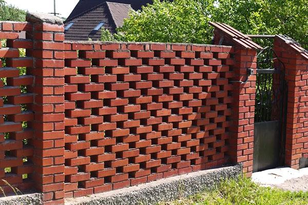 забор из кирпича на дачном участке