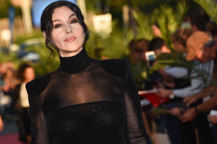 Какая грация! Моника Беллуччи показывает, как носить прозрачные платья после 50