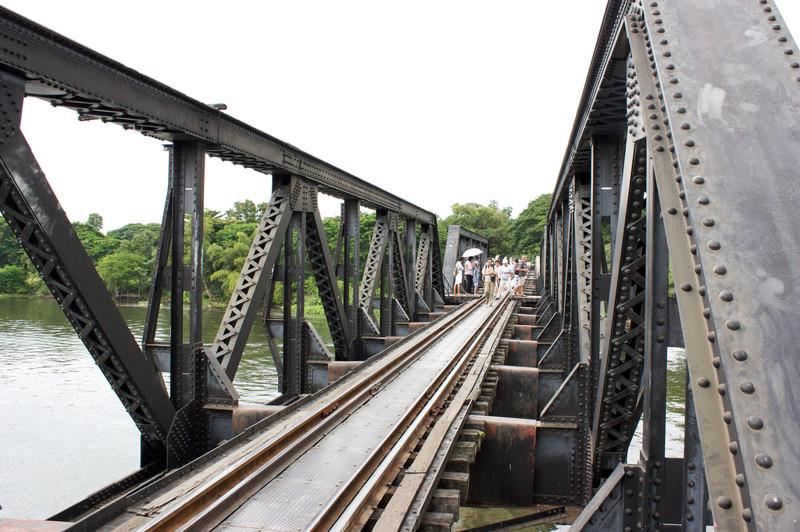 Сам мост через реку Квай был построен в 1943 году. Он являлся частью железной дороги, соединившей город Канчанабури и японскую военную базу в Бирме Thanbyuzayat. kwai, thailand, паттайя, река квай, тайланд