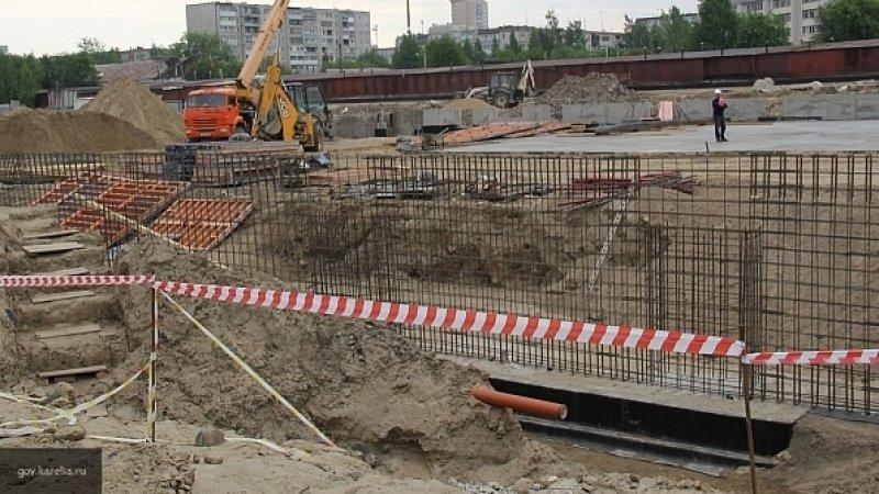 В Новосибирске двух рабочих придавило сваебойной машиной