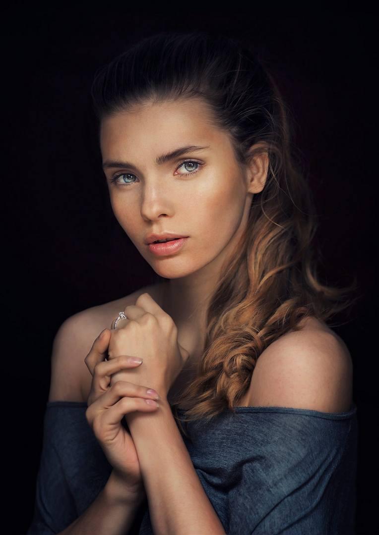 На портрете красивая женщина