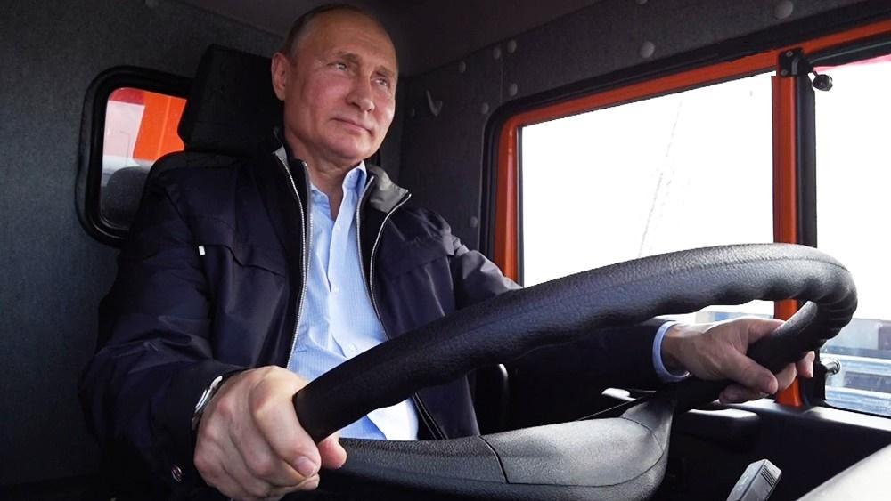 Топ лучших статей о Крыме: иностранные журналисты до сих пор в восторге от Путина на КамАЗе