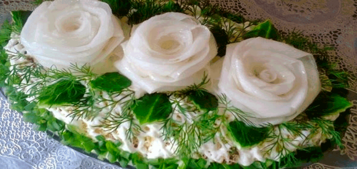 Салат «Три белых розы» с черносливом и курицей