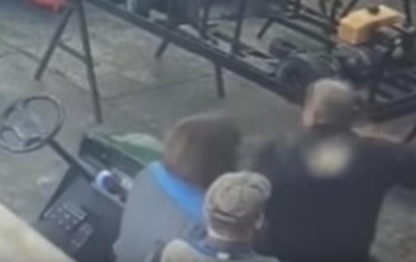 Призрак трогал людей и попался на видео
