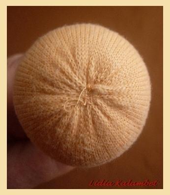 Да, макушку зашиваем вручную вот таким образом (собрать по контуру мелкими стежками и стянуть).