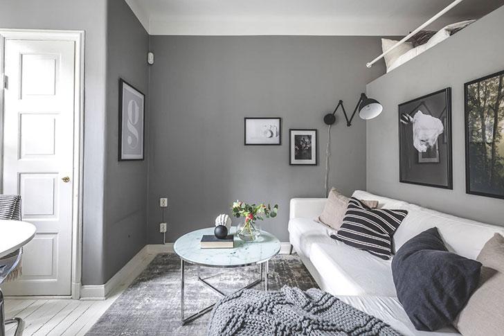 Серая малютка: квартира с антресольной спальней (23 кв. м)