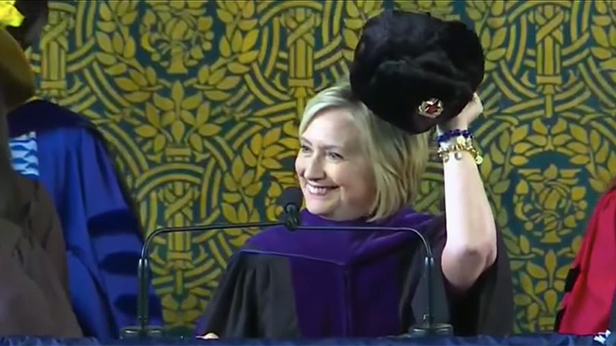 Клинтон надела шапку-ушанку …