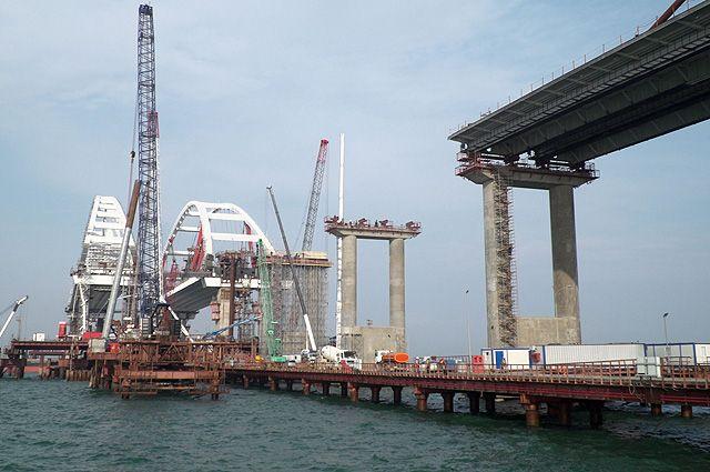 Завершено сооружение опор автодорожной части моста в Крым
