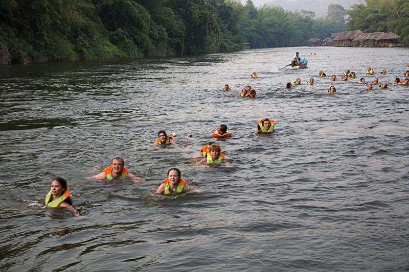 Тоже своеобразное экзотическое приключение – плыть по реке и смотреть на звезды. Хотя и здесь есть минус – фотографии не получились. Силой прыгать никого не заставляют, можно проплыть весь путь на плоту. Крокодилы, кстати, в этой реке не водятся. kwai, thailand, паттайя, река квай, тайланд