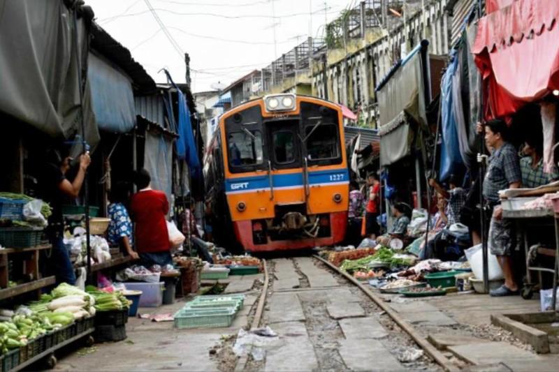 Рынок на железной дороге kwai, thailand, паттайя, река квай, тайланд