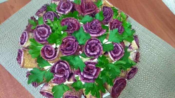 """Праздничный салат """"Букет роз"""" -ваши гости будут в восторге! Салат, Видео рецепт, Кулинария, Праздничный салат, Салат шуба, Селедка под шубой, Видео, Длиннопост"""