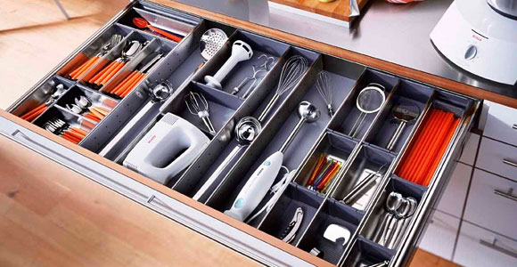 Ложки и вилки удобнее всего хранить в специальном выдвижном ящике