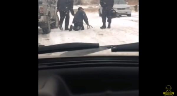 Как полицейские издевались н…