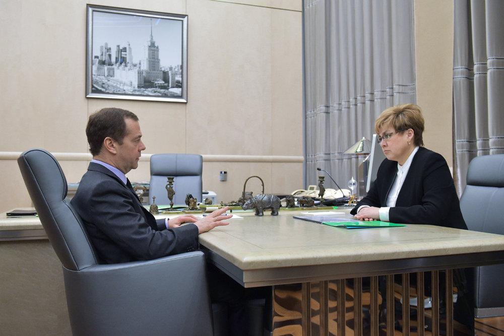 Медведев призвал решить проблему школьного обучения в три смены