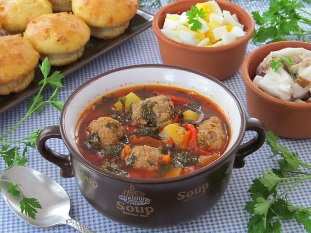 Томатный суп со щавелем и фрикадельками
