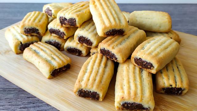 Фото к рецепту: Нежное рассыпчатое печенье с очень вкусной начинкой