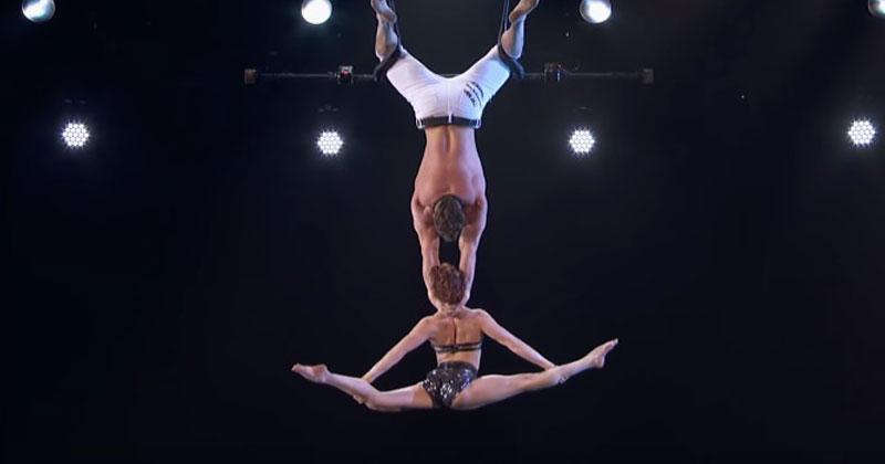 Он поднял ее высоко над сценой и бросил. От этого выступления зрители чуть не потеряли дар речи!
