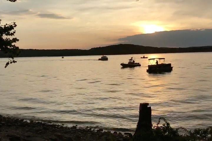 Десять человек погибли в результате крушения лодки на озере в Миссури
