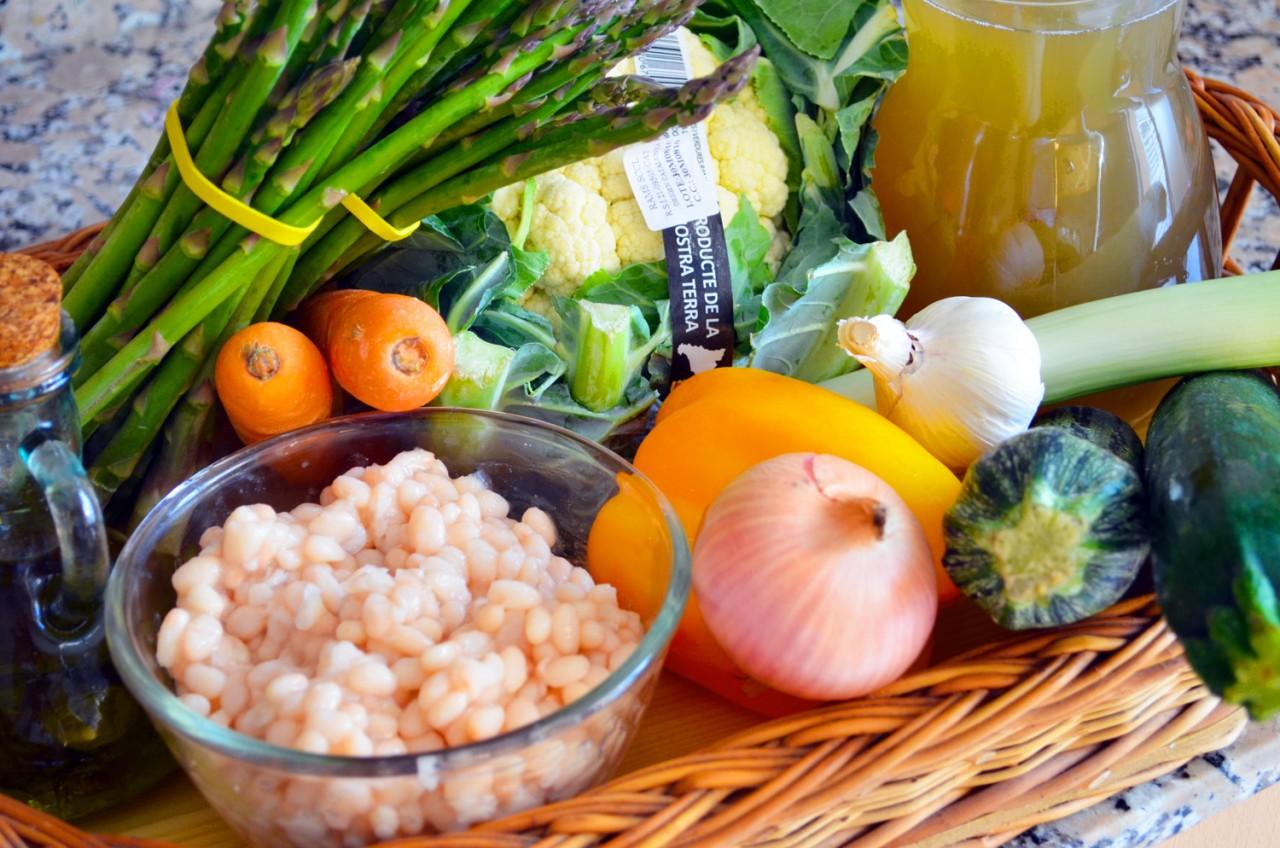 Бульон с весенними овощами и соусом песто