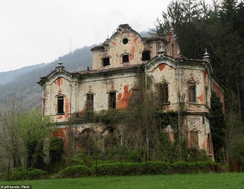 Полуразрушенный дом с привид…