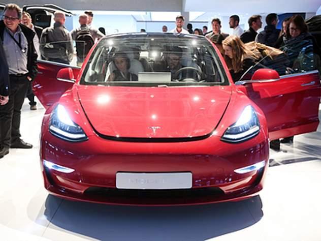 Илон Маск презентовал бюджетную версию электрокара Tesla Model 3
