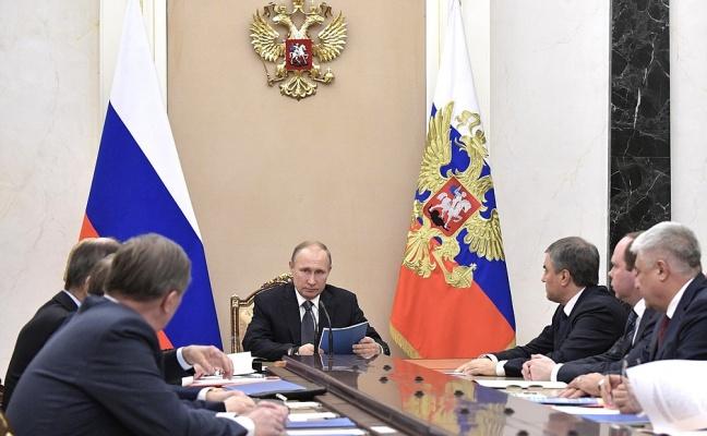 Путин обсудил счленами Совб…
