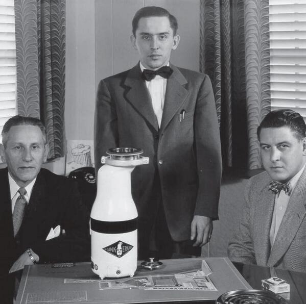 Архитектор Джон Хаммес (слева) с его измельчителем InSinkErator Model 900