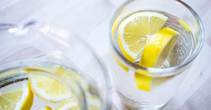 11 потрясающих свойств лимонной воды, о которых должен знать каждый!