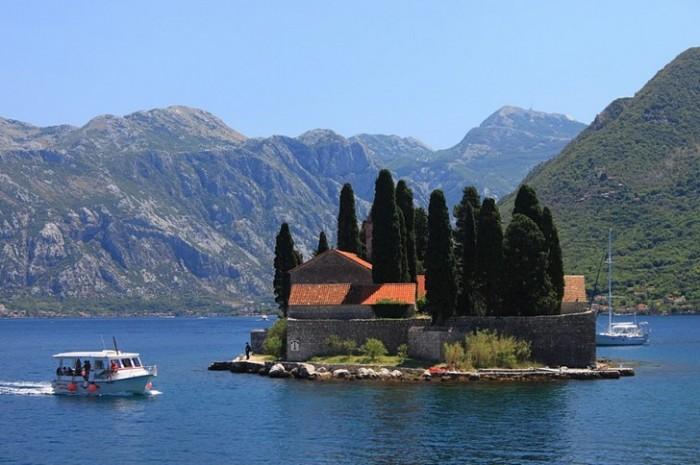 Второе название – Остров Мертвых – это место получило из-за кладбища, на котором похоронены знаменитые капитаны Пераста.