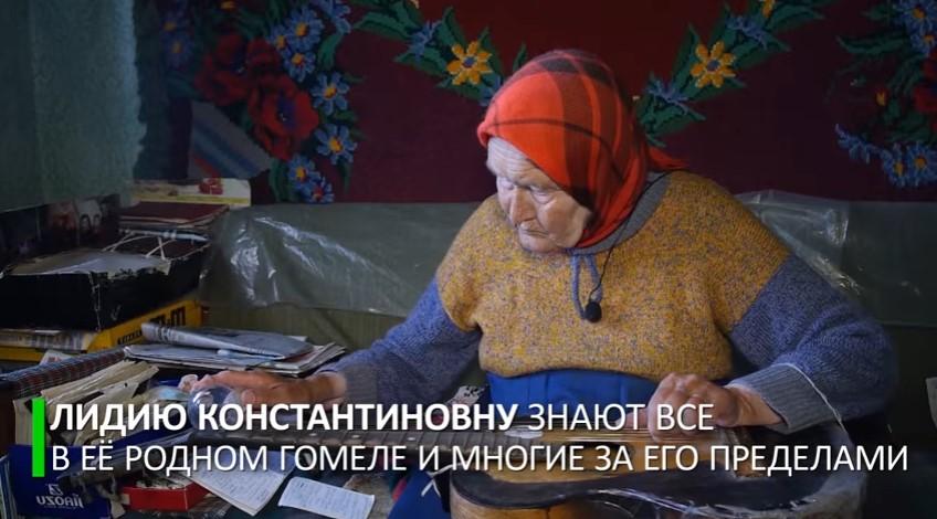 Пенсионерка из Белоруссии играет на гитаре с помощью лампы накаливания