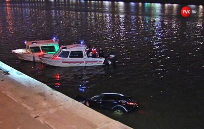 Автомобиль Infiniti упал в Москву-реку. Видео