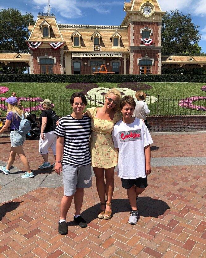 Бритни Спирс с сыновьями