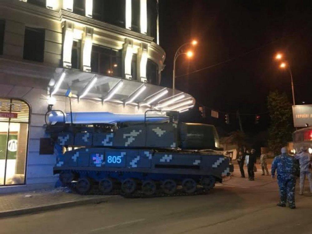 ЗРК «Бук» въехал в здание в Киеве