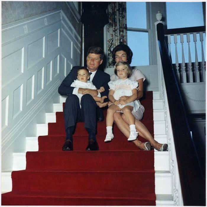 Президент Кеннеди с семьей.